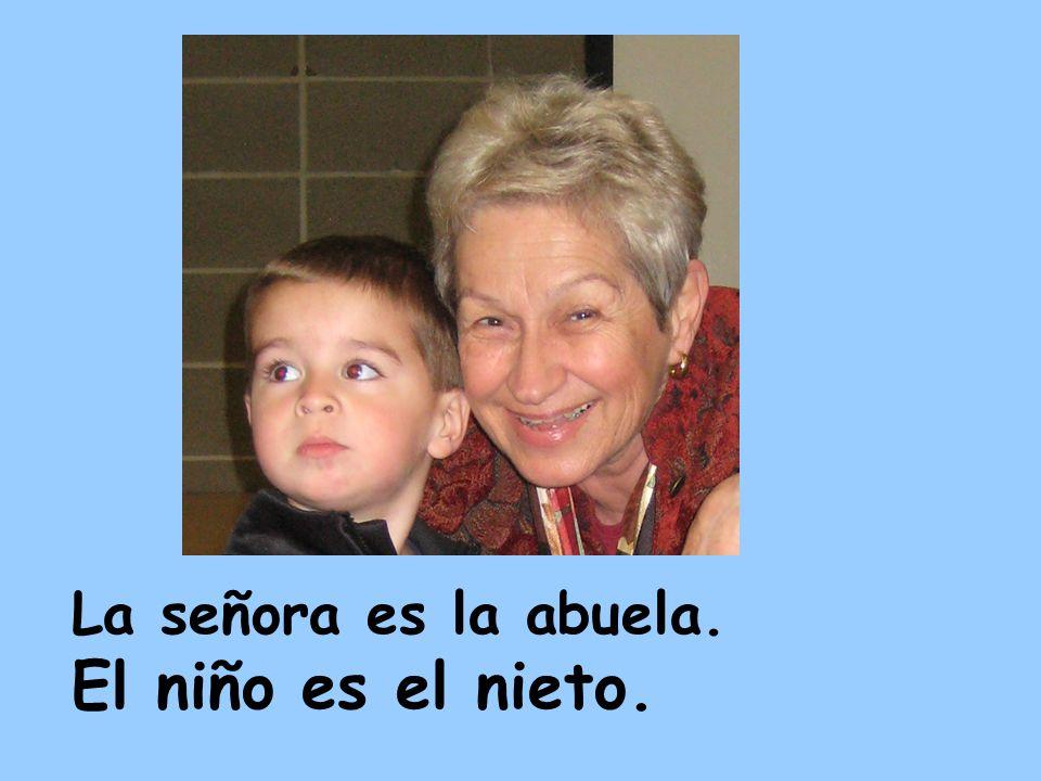 La señora es la abuela. El niño es el nieto.
