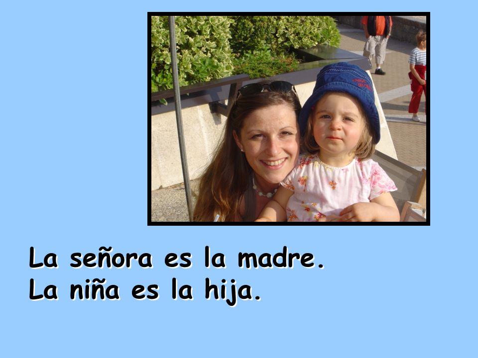La señora es la madre. La niña es la hija.