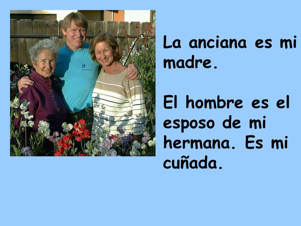 La anciana es mi madre. El hombre es el esposo de mi hermana. Es mi cuñada.