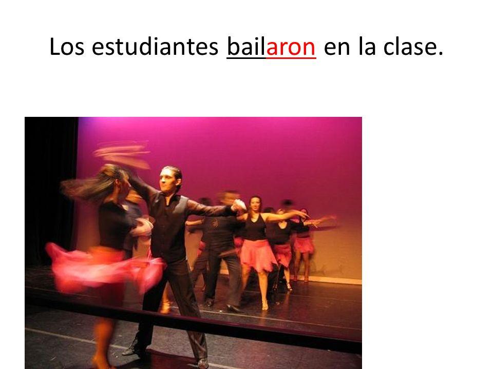 Los estudiantes bailaron en la clase.