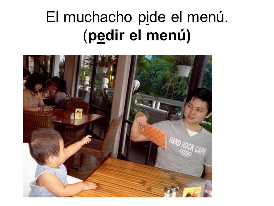 El muchacho pide el menú. (pedir el menú)