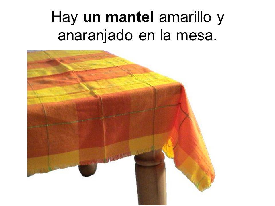 Hay un mantel amarillo y anaranjado en la mesa.