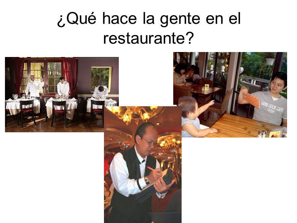 ¿Qué hace la gente en el restaurante
