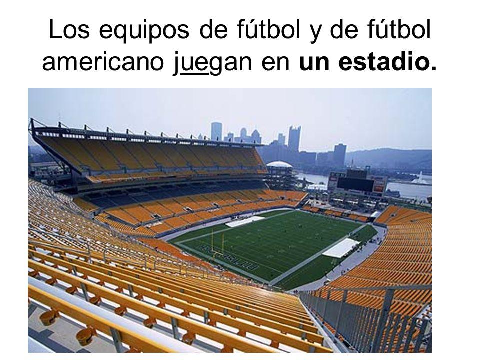 Los equipos de fútbol y de fútbol americano juegan en un estadio.