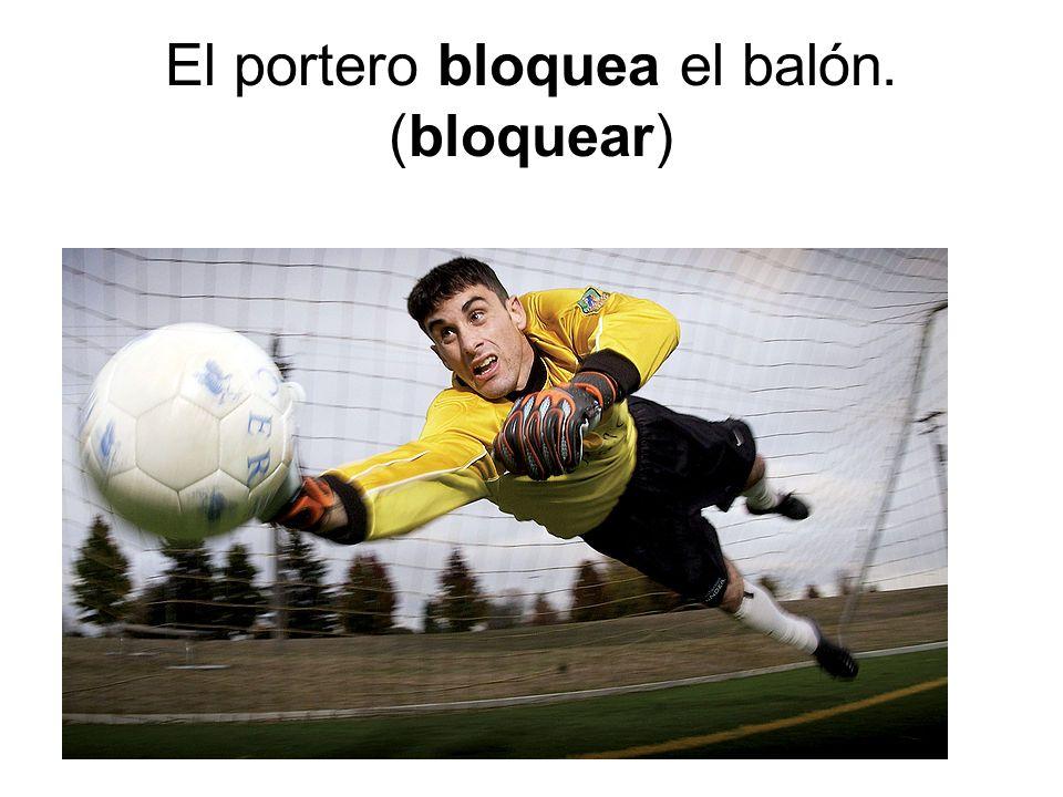 El portero bloquea el balón. (bloquear)