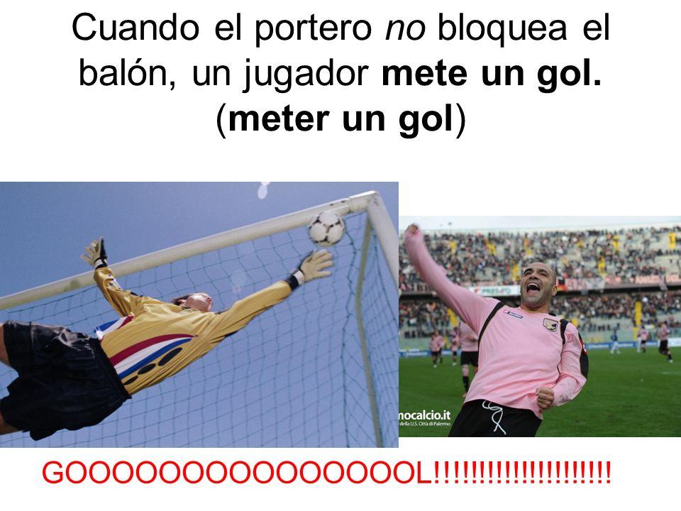 Cuando el portero no bloquea el balón, un jugador mete un gol
