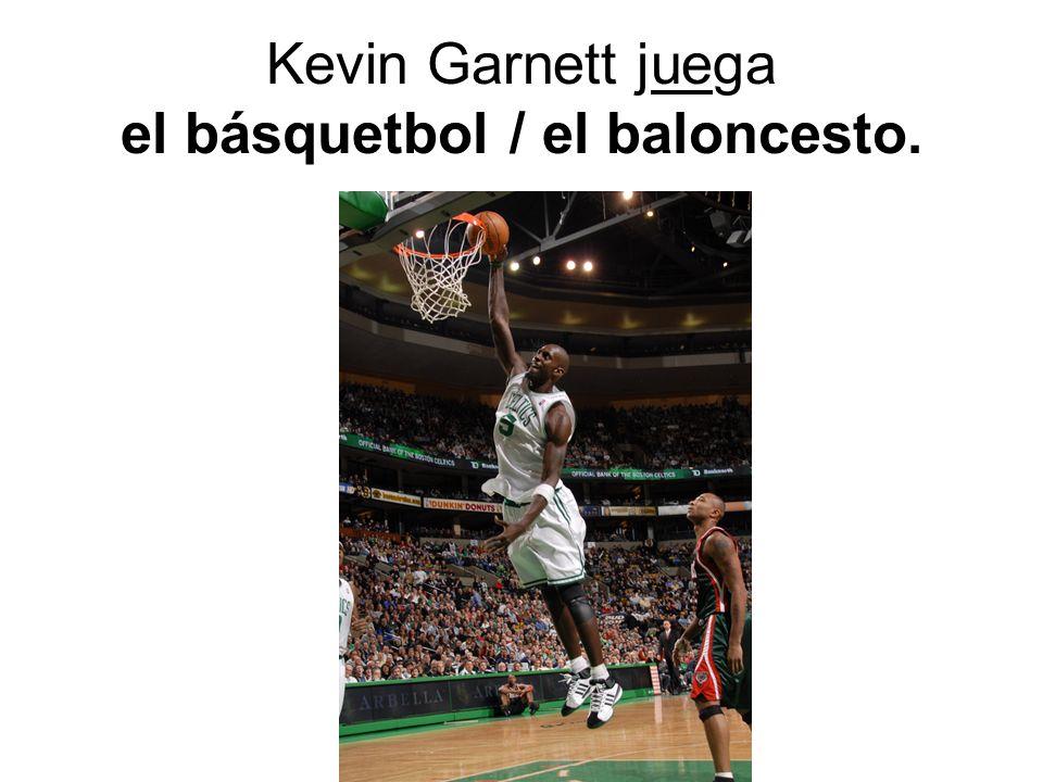 Kevin Garnett juega el básquetbol / el baloncesto.