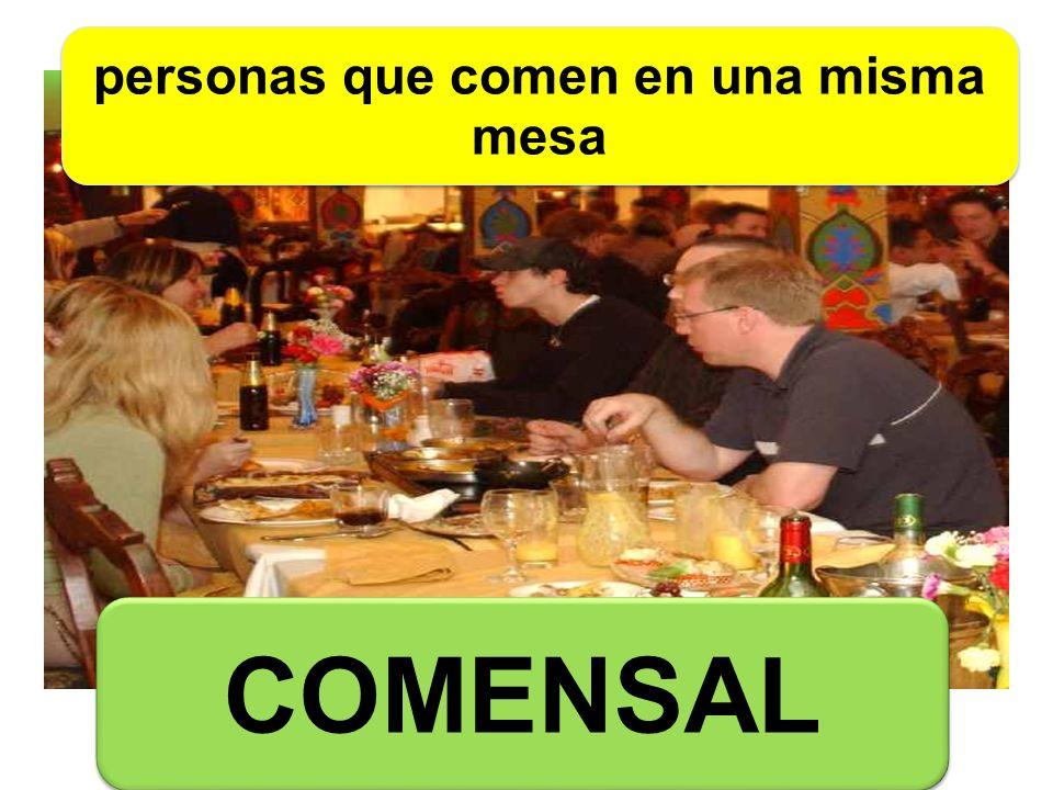 personas que comen en una misma mesa