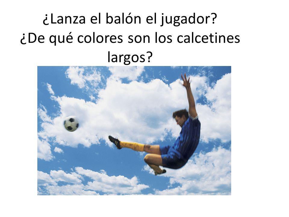 ¿Lanza el balón el jugador ¿De qué colores son los calcetines largos