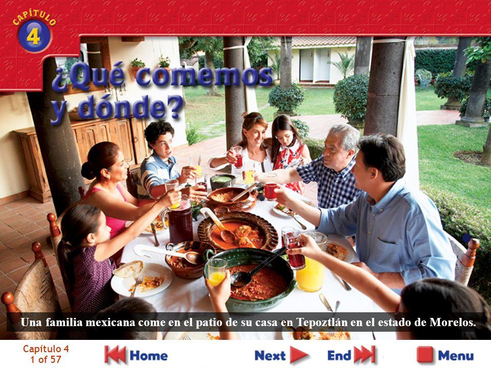 Una familia mexicana come en el patio de su casa en Tepoztlán en el estado de Morelos.