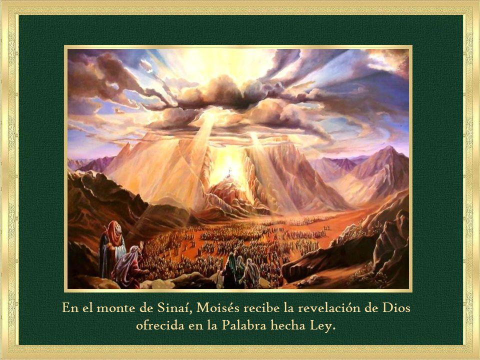 En el monte de Sinaí, Moisés recibe la revelación de Dios