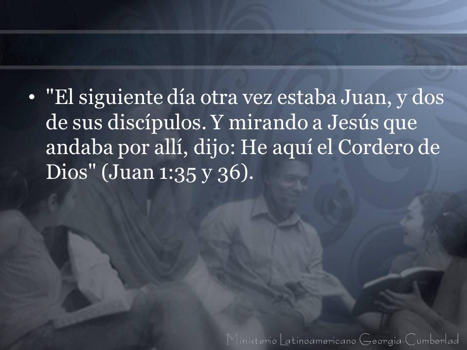 El siguiente día otra vez estaba Juan, y dos de sus discípulos