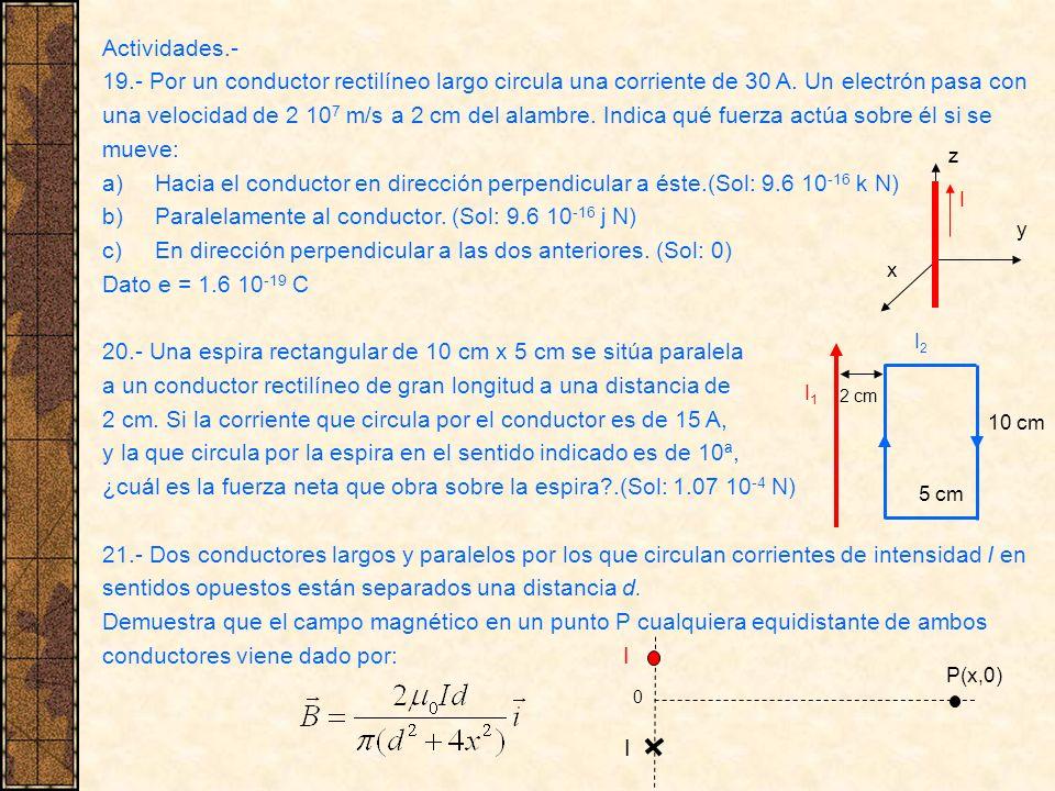 Paralelamente al conductor. (Sol: 9.6 10-16 j N)