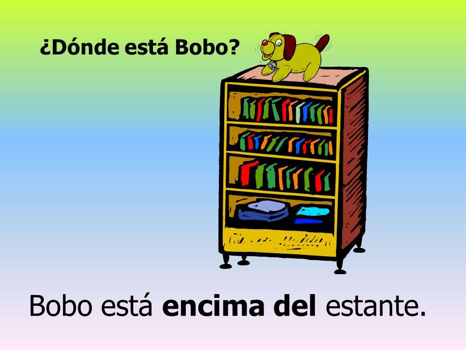 Bobo está encima del estante.