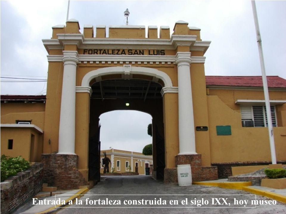 Entrada a la fortaleza construida en el siglo IXX, hoy museo