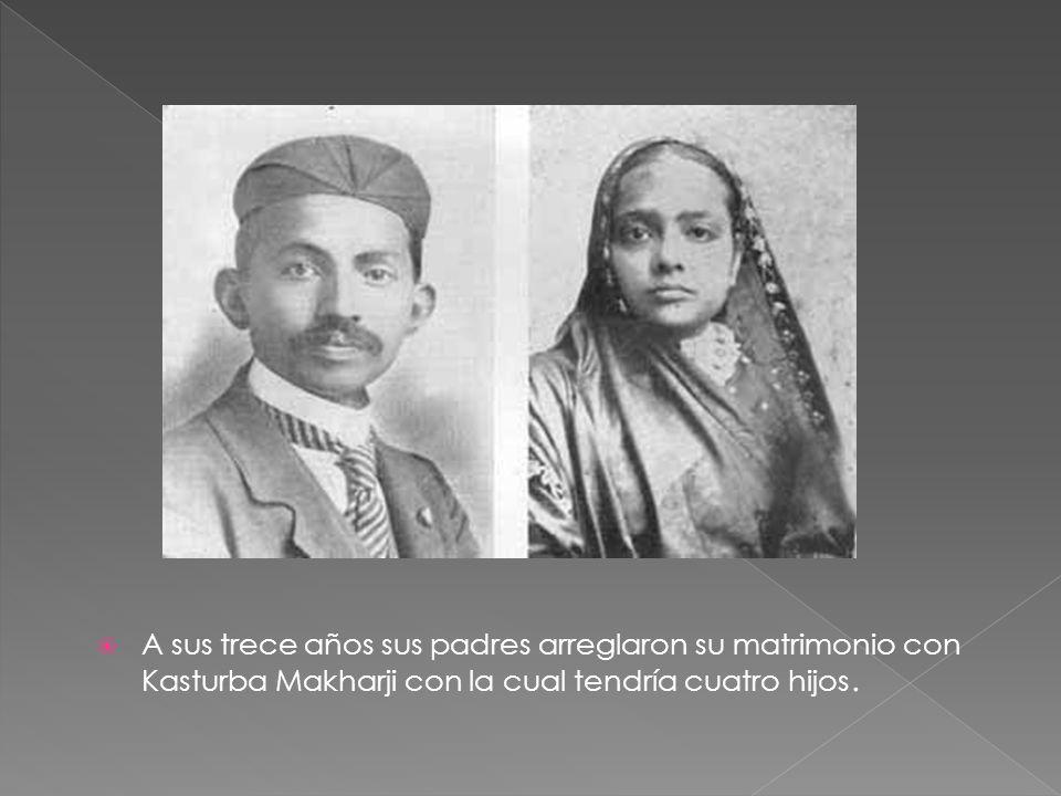 A sus trece años sus padres arreglaron su matrimonio con Kasturba Makharji con la cual tendría cuatro hijos.