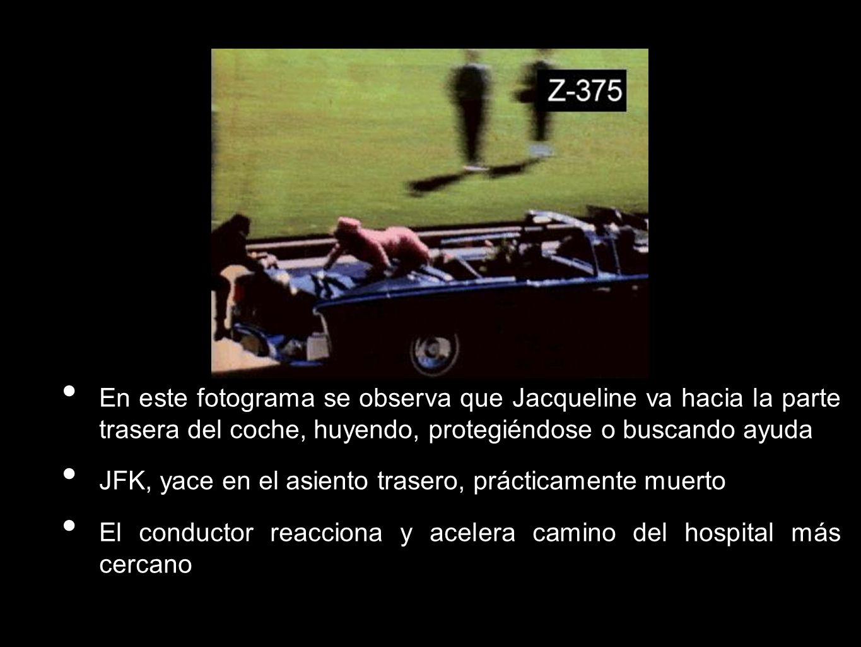 En este fotograma se observa que Jacqueline va hacia la parte trasera del coche, huyendo, protegiéndose o buscando ayuda