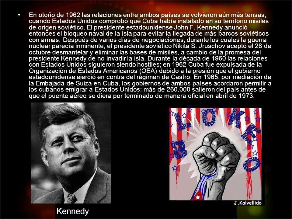 En otoño de 1962 las relaciones entre ambos países se volvieron aún más tensas, cuando Estados Unidos comprobó que Cuba había instalado en su territorio misiles de origen soviético. El presidente estadounidense John F. Kennedy anunció entonces el bloqueo naval de la isla para evitar la llegada de más barcos soviéticos con armas. Después de varios días de negociaciones, durante los cuales la guerra nuclear parecía inminente, el presidente soviético Nikita S. Jruschov aceptó el 28 de octubre desmantelar y eliminar las bases de misiles, a cambio de la promesa del presidente Kennedy de no invadir la isla. Durante la década de 1960 las relaciones con Estados Unidos siguieron siendo hostiles; en 1962 Cuba fue expulsada de la Organización de Estados Americanos (OEA) debido a la presión que el gobierno estadounidense ejerció en contra del régimen de Castro. En 1965, por mediación de la Embajada de Suiza en Cuba, los gobiernos de ambos países acordaron permitir a los cubanos emigrar a Estados Unidos: más de 260.000 salieron del país antes de que el puente aéreo se diera por terminado de manera oficial en abril de 1973.