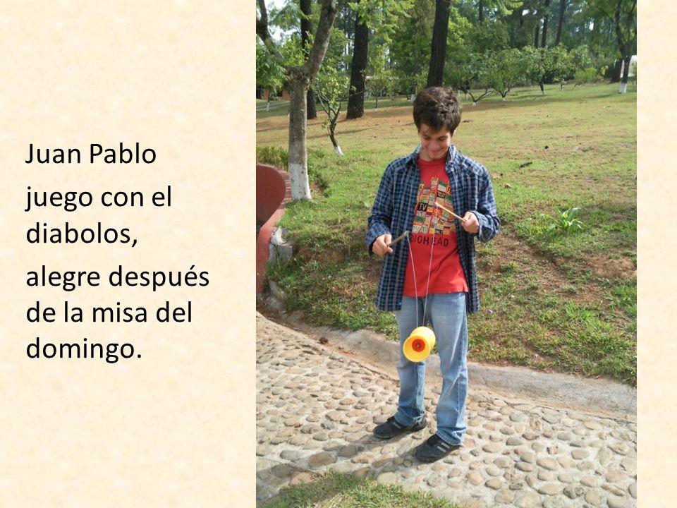Juan Pablo juego con el diabolos, alegre después de la misa del domingo.
