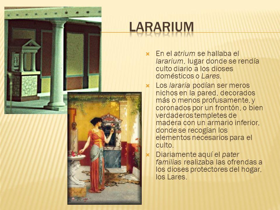 LarariumEn el atrium se hallaba el lararium, lugar donde se rendía culto diario a los dioses domésticos o Lares.