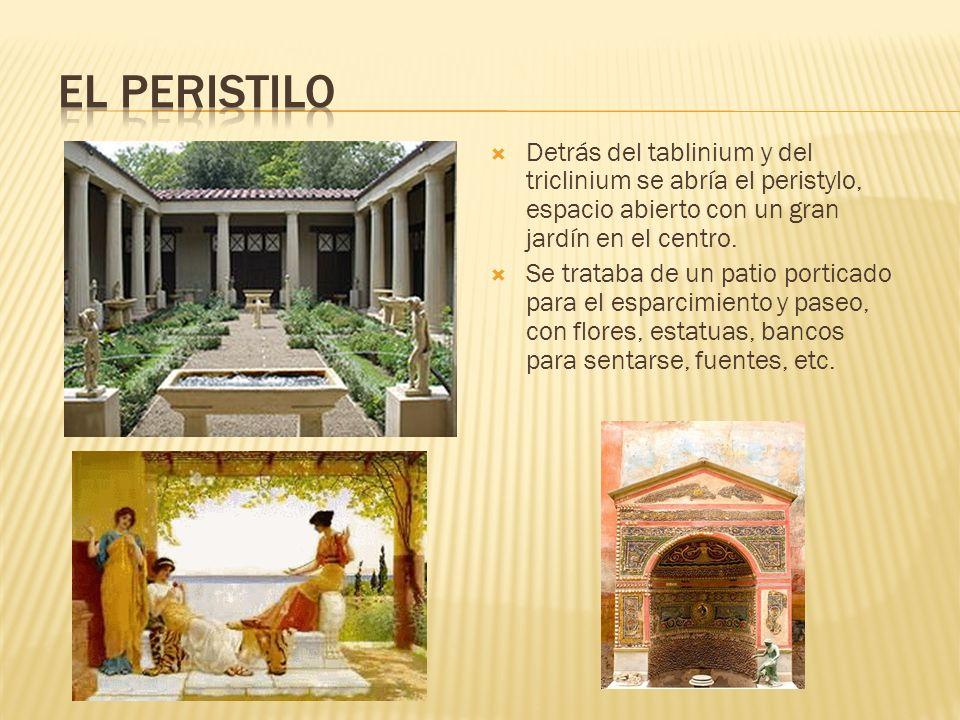 El peristilo Detrás del tablinium y del triclinium se abría el peristylo, espacio abierto con un gran jardín en el centro.