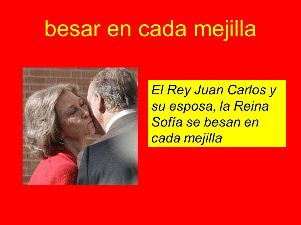 besar en cada mejilla El Rey Juan Carlos y su esposa, la Reina Sofía se besan en cada mejilla