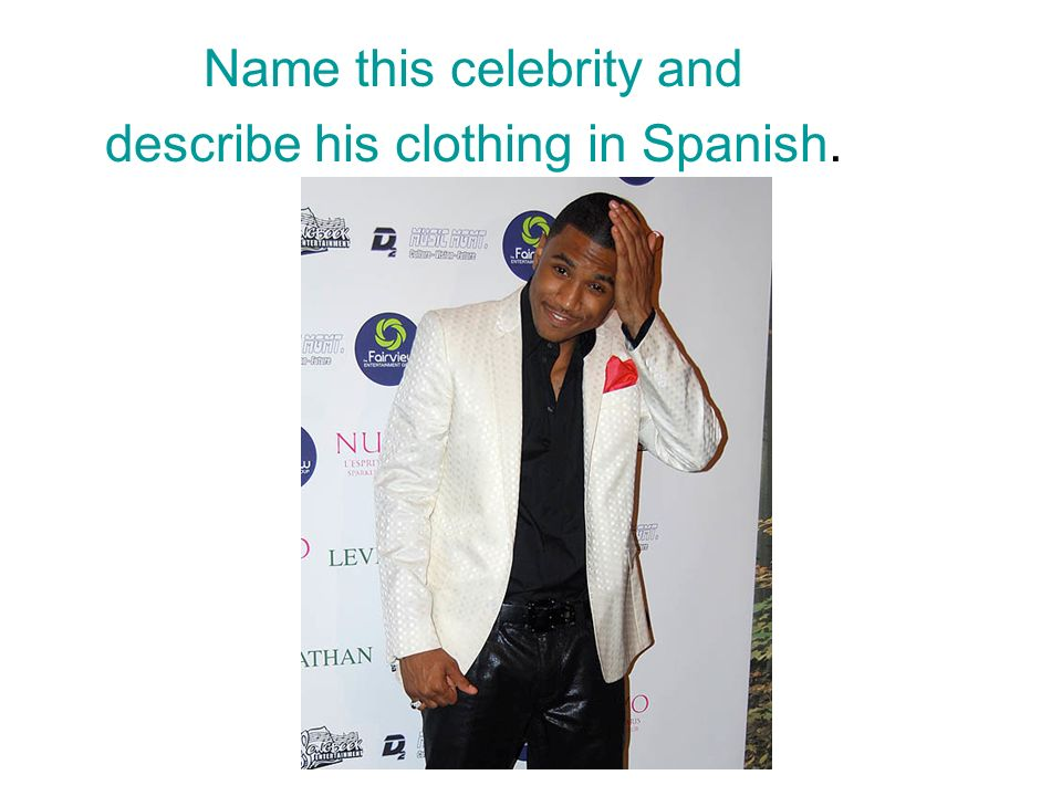 Name this celebrity and describe his clothing in Spanish.