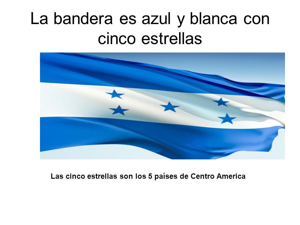 La bandera es azul y blanca con cinco estrellas