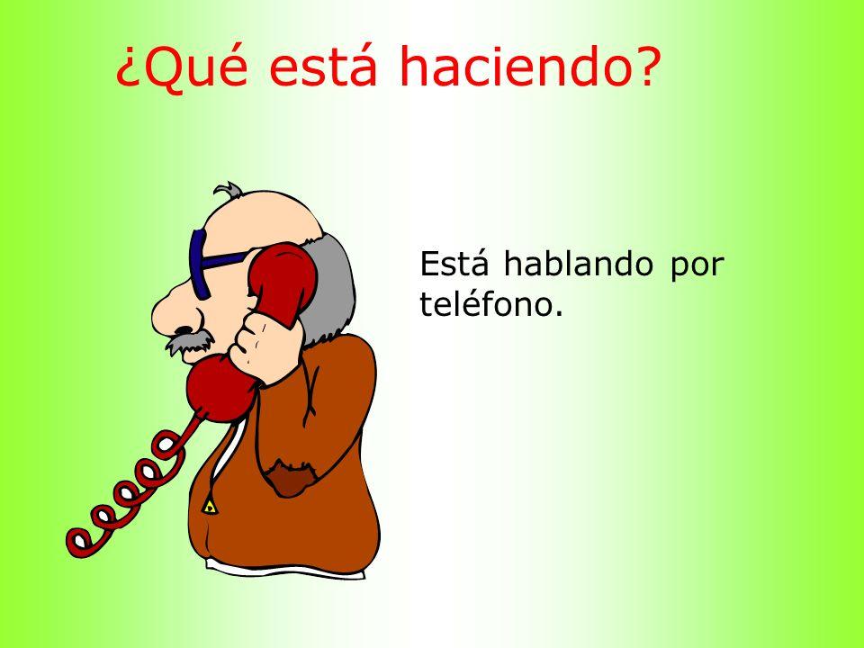 ¿Qué está haciendo Está hablando por teléfono.