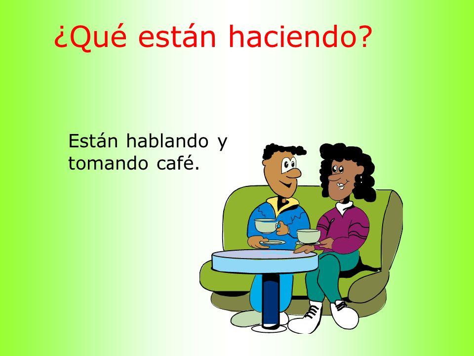 ¿Qué están haciendo Están hablando y tomando café.