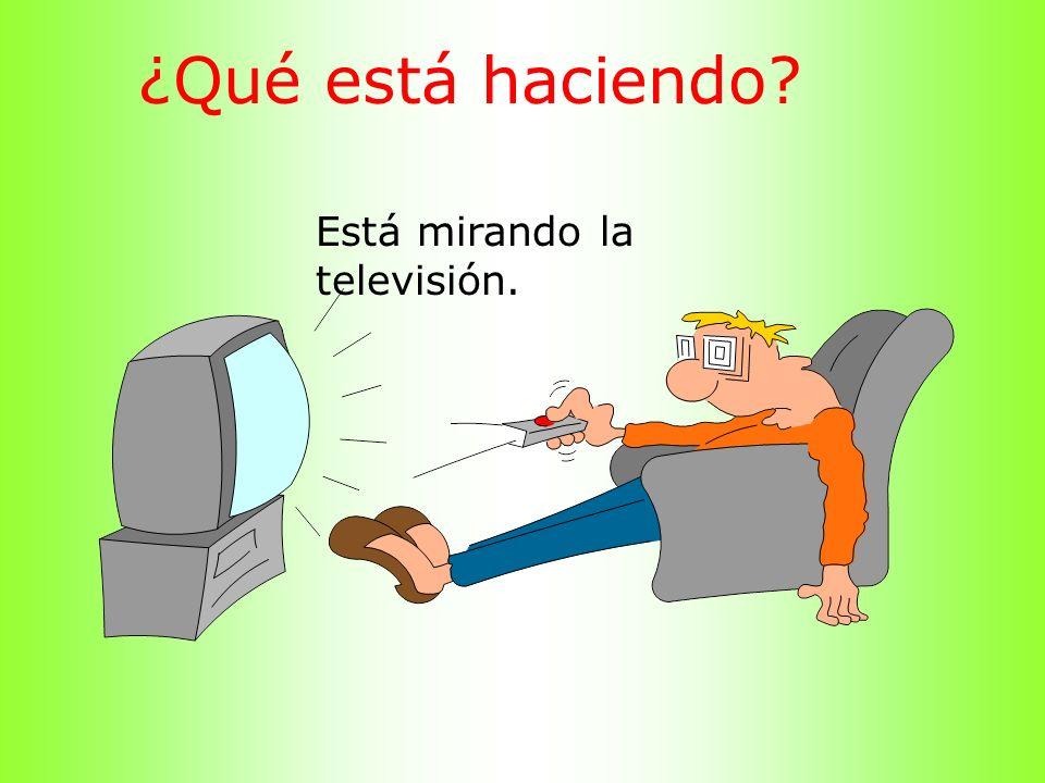 ¿Qué está haciendo Está mirando la televisión.