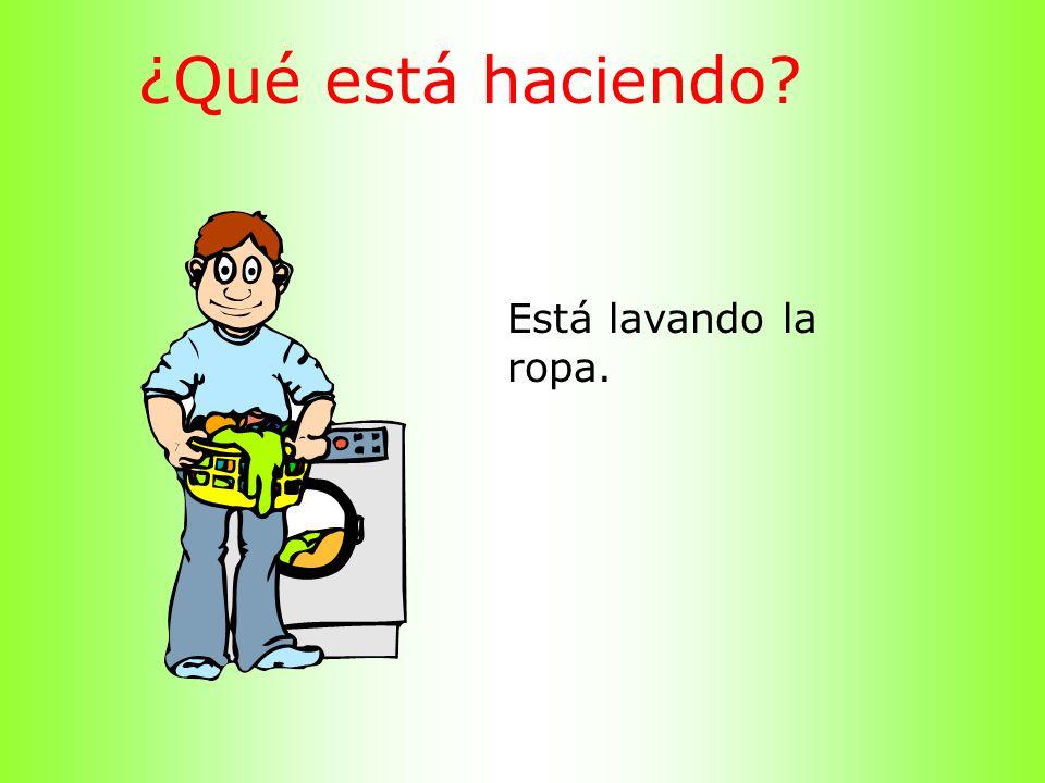 ¿Qué está haciendo Está lavando la ropa.
