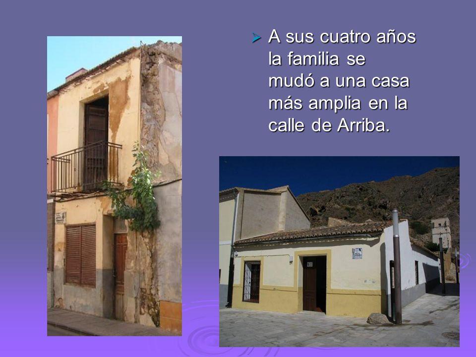 A sus cuatro años la familia se mudó a una casa más amplia en la calle de Arriba.