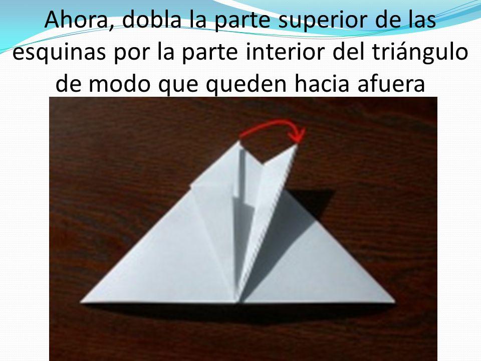 Ahora, dobla la parte superior de las esquinas por la parte interior del triángulo de modo que queden hacia afuera