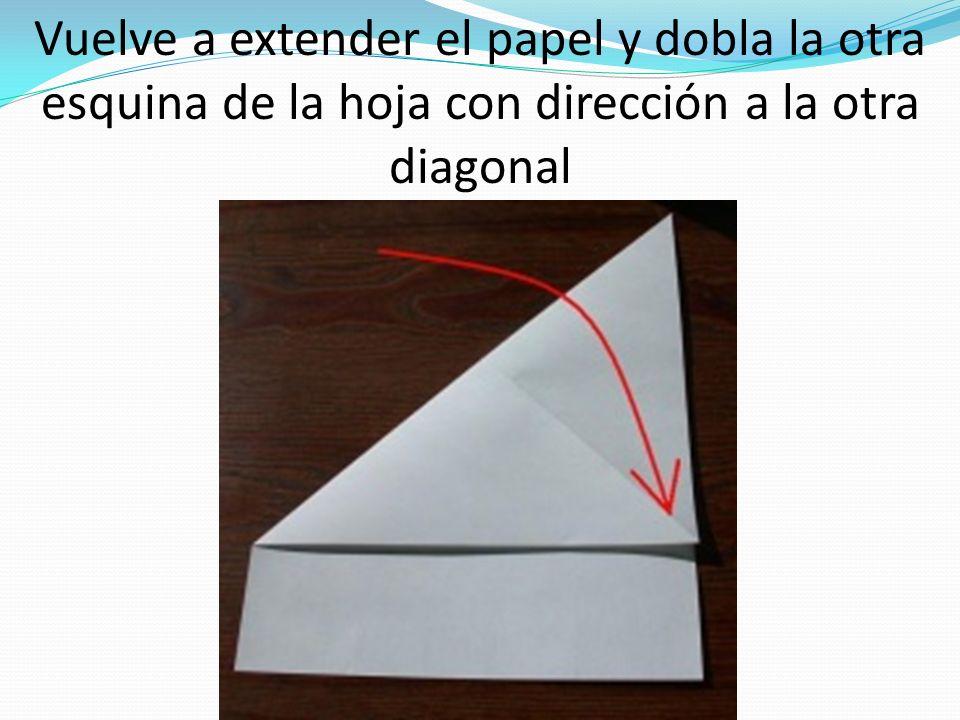 Vuelve a extender el papel y dobla la otra esquina de la hoja con dirección a la otra diagonal