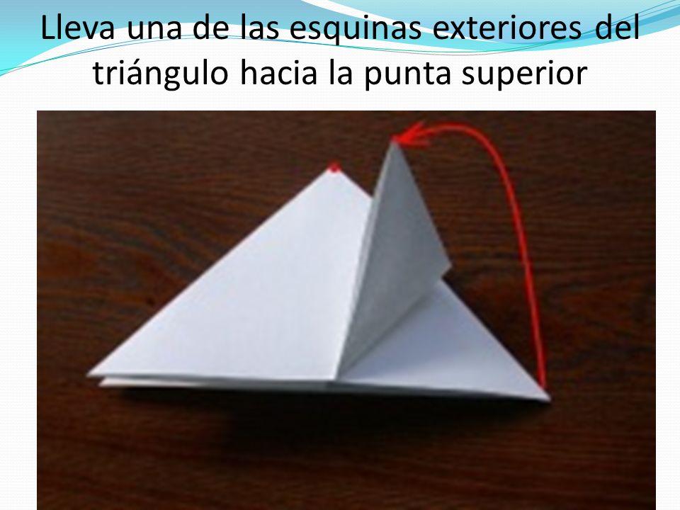 Lleva una de las esquinas exteriores del triángulo hacia la punta superior