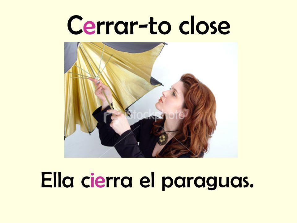 Ella cierra el paraguas.