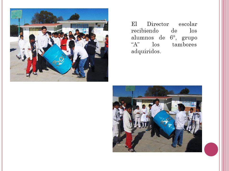 El Director escolar recibiendo de los alumnos de 6°, grupo A los tambores adquiridos.