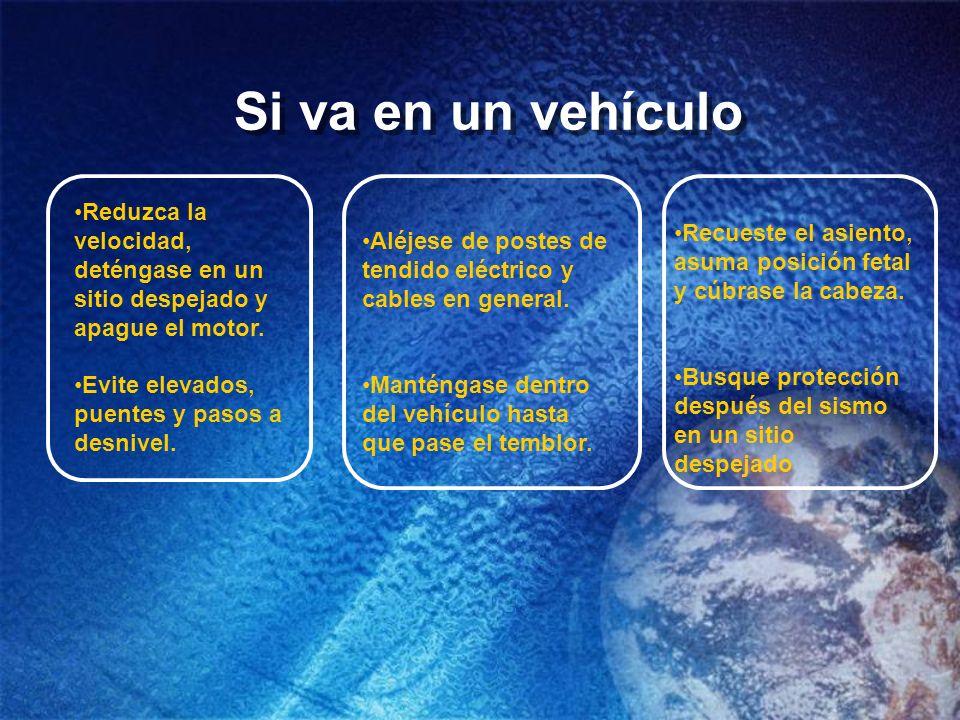 Si va en un vehículo Recueste el asiento, asuma posición fetal y cúbrase la cabeza. Busque protección después del sismo en un sitio despejado.