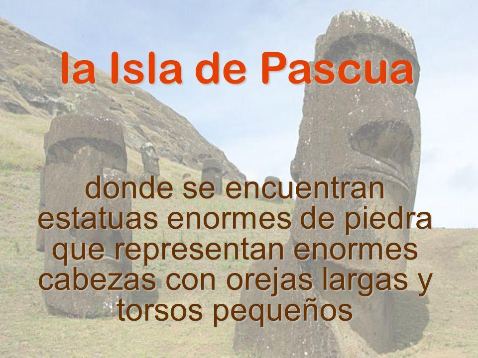 la Isla de Pascua donde se encuentran estatuas enormes de piedra que representan enormes cabezas con orejas largas y torsos pequeños.