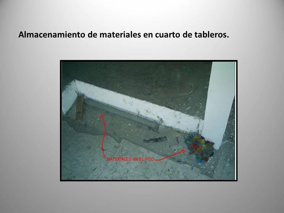 Almacenamiento de materiales en cuarto de tableros.