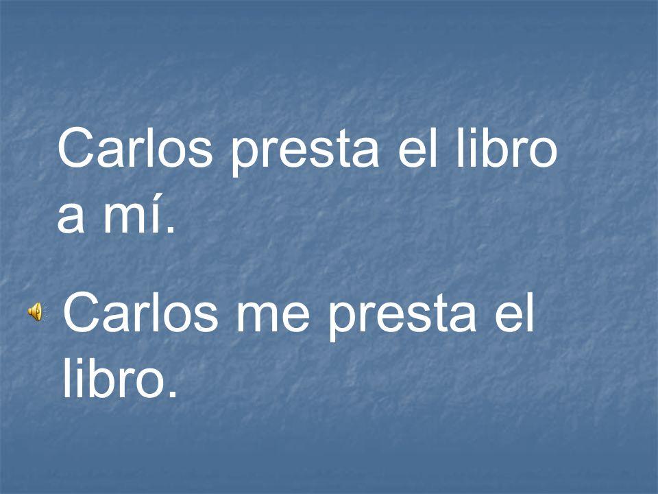 Carlos presta el libro a mí.