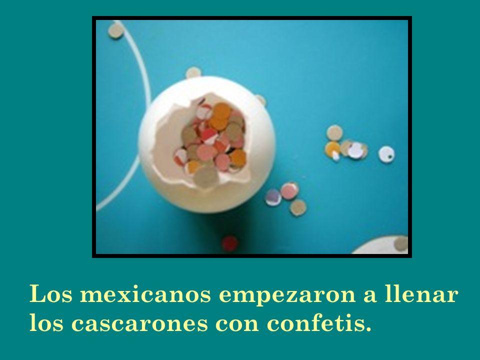 Los mexicanos empezaron a llenar los cascarones con confetis.