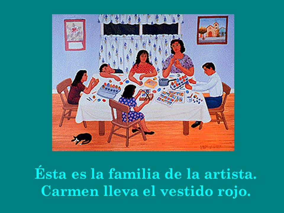 Ésta es la familia de la artista. Carmen lleva el vestido rojo.