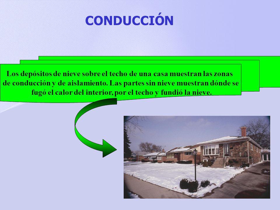 CONDUCCIÓN Los depósitos de nieve sobre el techo de una casa muestran las zonas.