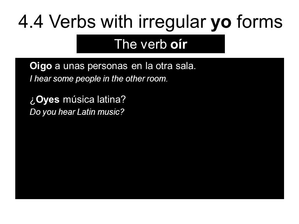 The verb oír Oigo a unas personas en la otra sala.