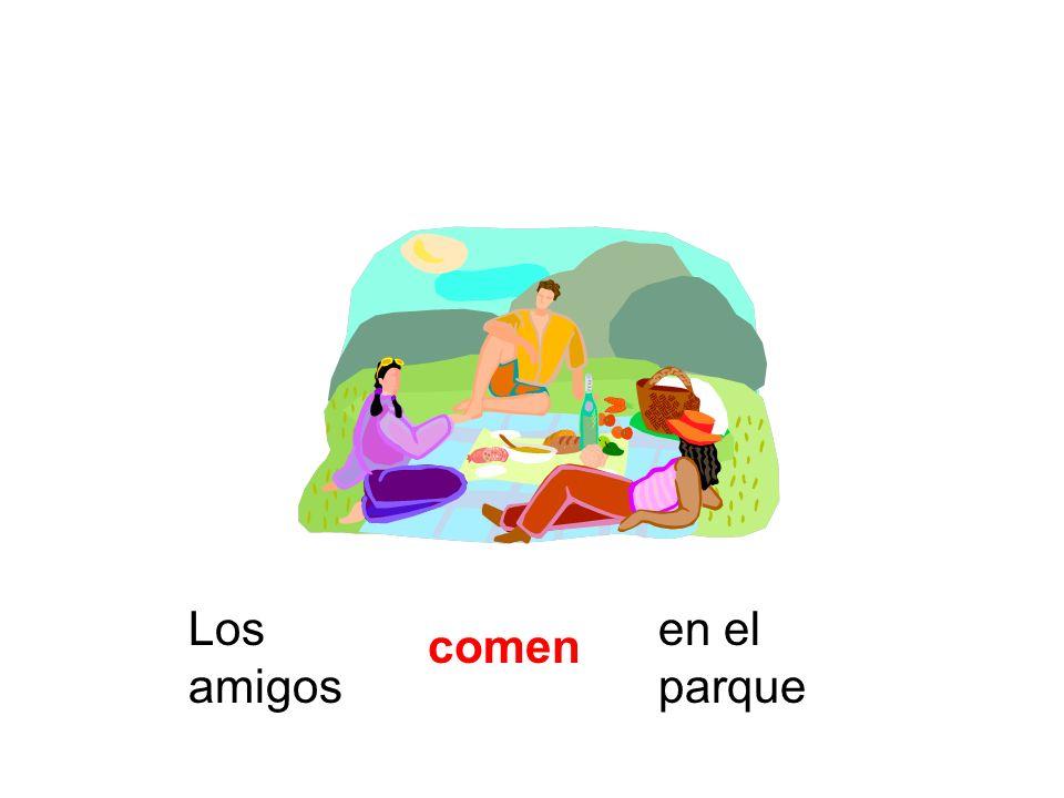 Los amigos en el parque comen