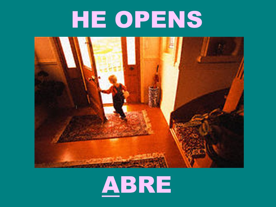 HE OPENS ABRE