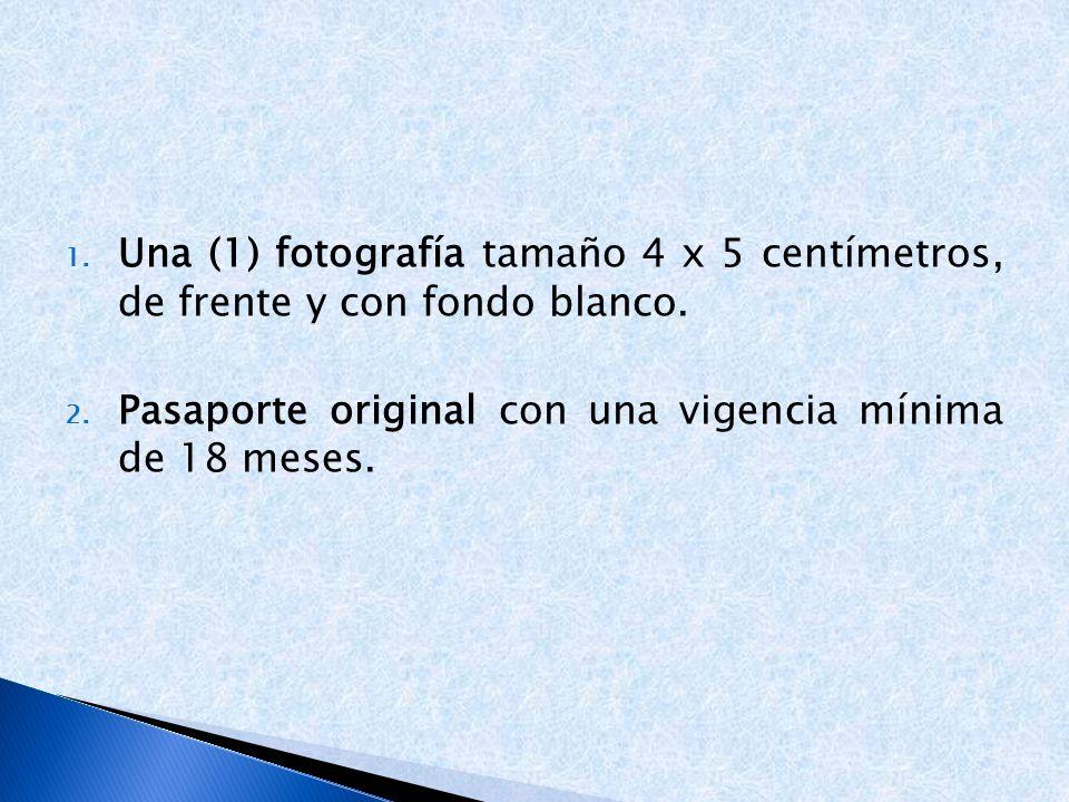 Una (1) fotografía tamaño 4 x 5 centímetros, de frente y con fondo blanco.