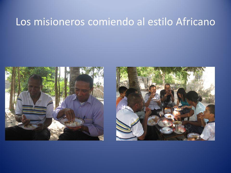 Los misioneros comiendo al estilo Africano